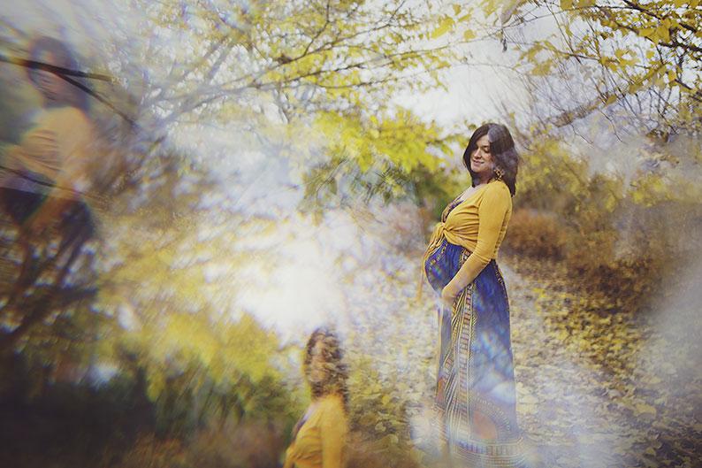 Foto gravidanza tra il giallo dell'autunno – novembre