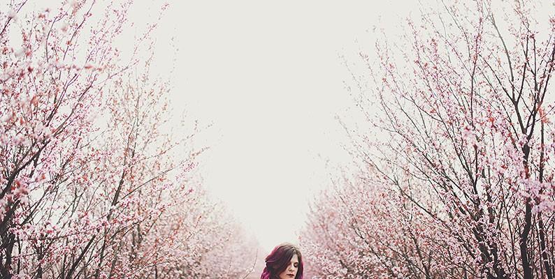 Shana e i fiori di marzo – ritratto fotografico