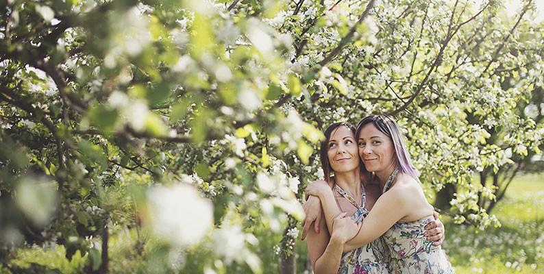 Due fiori tra i bianchi e silenziosi alberi di melo – Elena e Tony